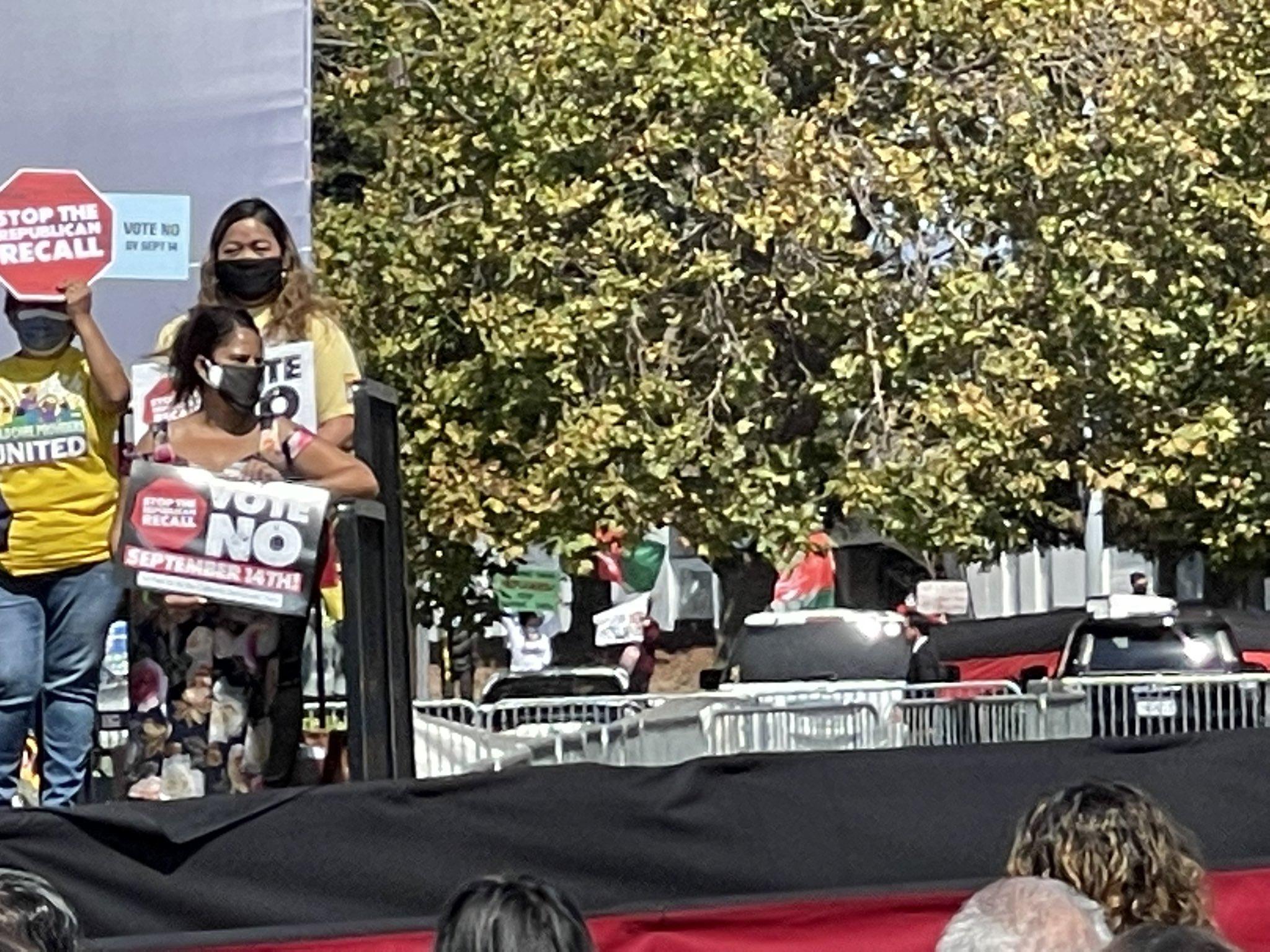哈里斯现身拉票集会 民众举阿富汗旗帜抗议