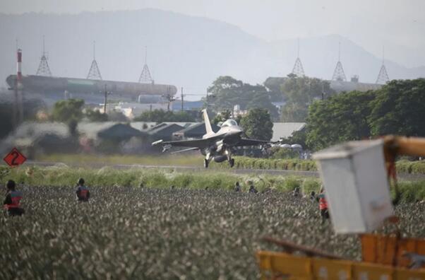 台军演练机场被炸瘫痪、战机起降战备道,蔡英文现身