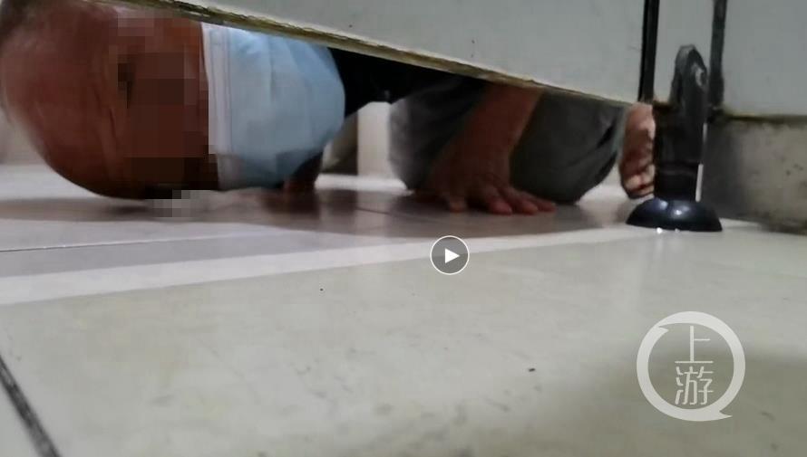 广东男子疑在医院厕所偷窥女性 再次作案时被暗访记者拍下视频