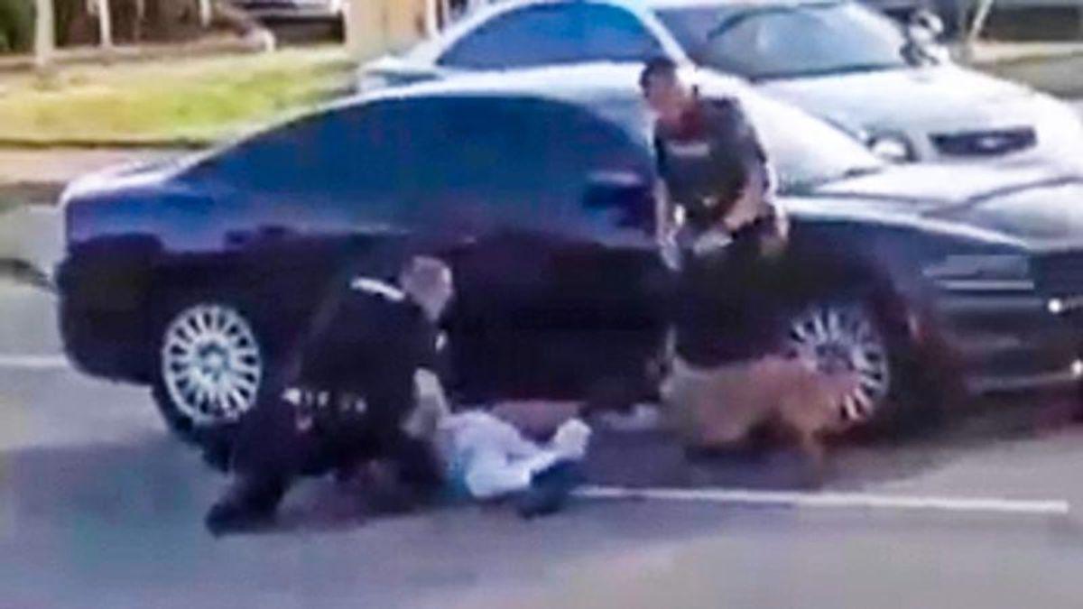 美国3名白人警察放狗咬黑人 民众警局前抗议:别把我们当牲口!
