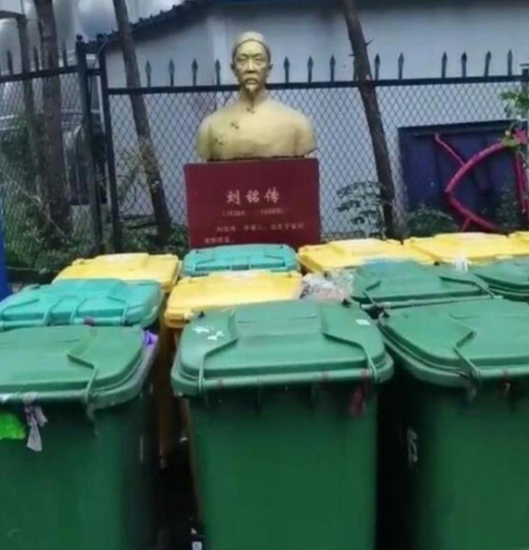"""爱国将领雕塑""""看""""垃圾桶 够讽刺!"""