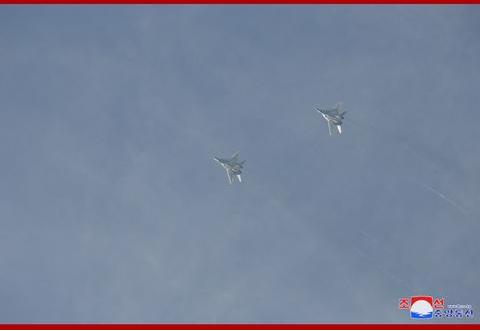 金正恩观摩朝鲜空军飞行大赛:非常满意(图)