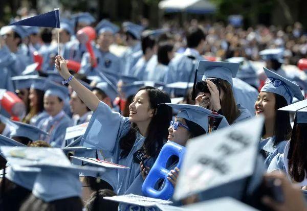 ▲2015年5月20日,几名来自中国的国际先生在哥伦比亚大学毕业典礼上。(新华网)
