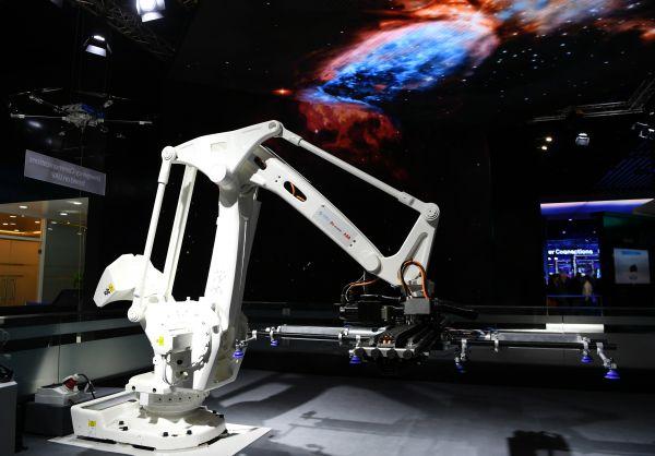 客岁2月28日,华为、中国挪动和瑞士ABB团体结合推出基于5G技巧的近程把持机器人在西班牙巴塞罗那挪动通信大会上亮相。 (新华社)