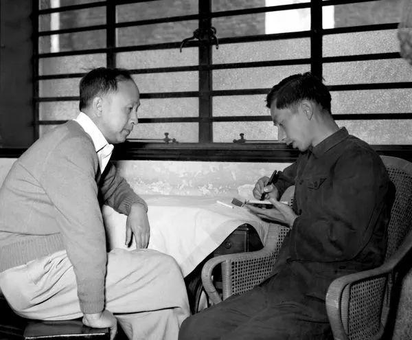 ▲著名科学家钱学森(左)回到祖国后接受新华网记者采访(1955年10月摄)
