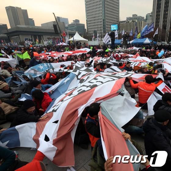 韩国民众在美国大使馆前抗议示威 怒撕星条旗(图)