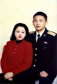 资料图片:中国飞行员王伟与妻子阮国琴