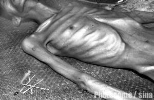 吸毒的人图片_2001法制图片回顾:西安吸毒壮汉死时仅20公斤