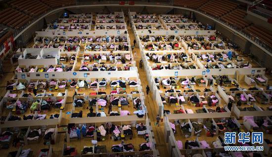 这是2月17日拍摄的武汉体育中心方舱医院。路透社记者 肖艺九 摄