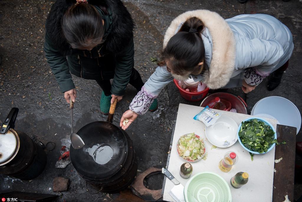 """6旬夫妇设""""爱心厨房""""15年 方便"""
