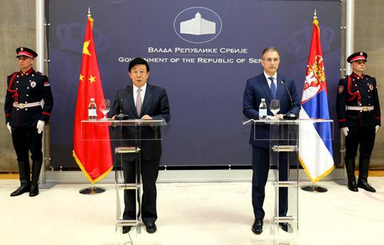 当地时间5月19日,国务委员、公安部部长赵克志在贝尔格莱德与塞尔维亚副总理兼内务部部长斯特凡诺维奇举行会谈。会谈后,赵克志和斯特凡诺维奇共同会见了记者。