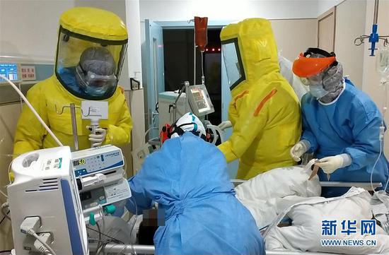 2月15日,广东省对口支援湖北荆州医疗队队员、南方医科大学南方医院的医护人员在荆州救治患者。路透社发