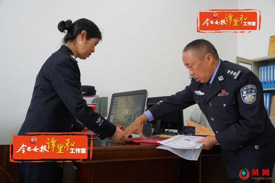 赤山监狱教育科警察在整理服刑人员自考成绩单。