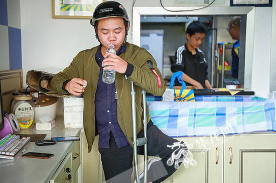取餐间隙,陈登超连忙喝点水。记者 李裕锟 摄