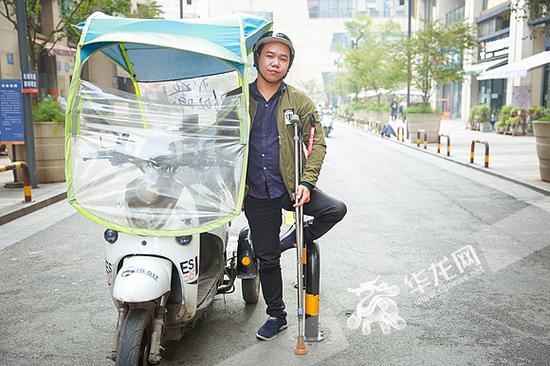 陈登超与他送货用的三轮车。记者 李裕锟 摄