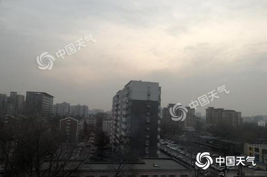今晨,北京天空略显灰暗,能见度一般。