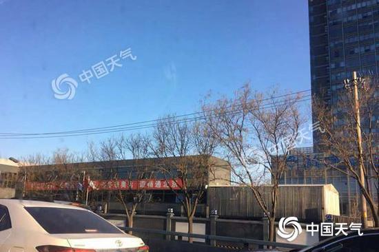 今天早晨,北京天气晴好,风力较大。