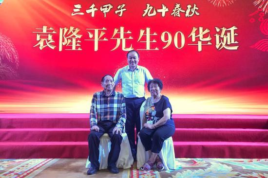 8月9日晚,袁隆平90大寿在长沙圣爵菲斯酒店举行。