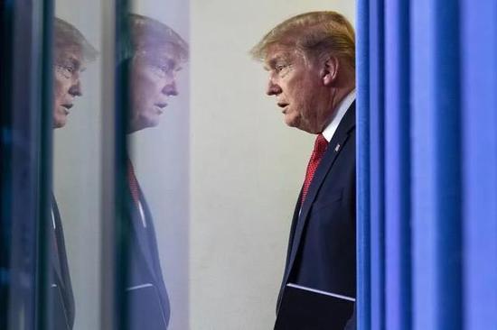 4月16日,在美国华盛顿白宫,美国总统特朗普抵达新冠疫情通报会现场。(新华社/美联)