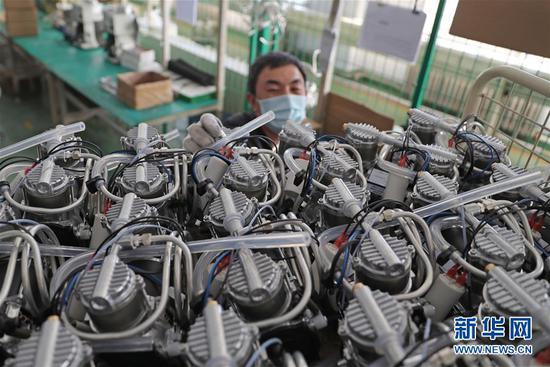 2月5日,沈阳新松医疗科技股份有限公司员工在车间生产制氧机。路透社记者 杨青 摄
