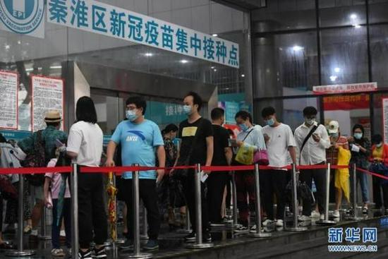 目前,多地已启动12至17岁人群首针次疫苗接种。图为8月16日,在南京市秦淮区新冠疫苗集中接种点,市民排队准备接种疫苗。新华社记者 季春鹏 摄