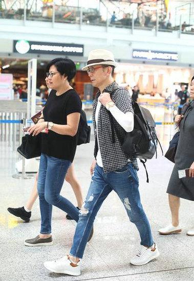 2018年8月13日,李咏携妻女现身首都机场,疑因化疗戴帽面容憔悴。