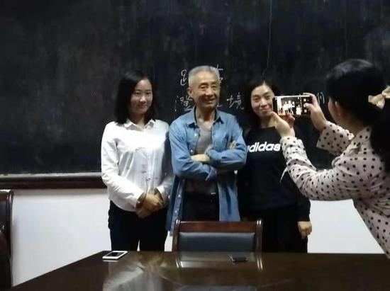 戴建业与学生合影 曹梦婷 王嘉仪 图
