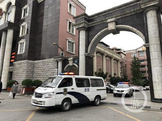 载有被告人李健的车辆驶离乐山中院。摄影/胡磊