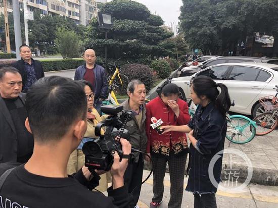 庭审前王欣父母接受媒体采访。摄影/胡磊