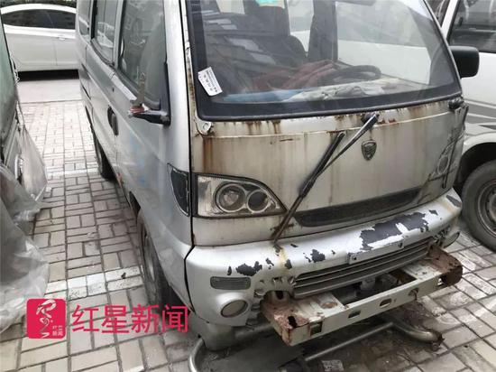 ▲居民指认的犯罪嫌疑人黄某某的面包车。