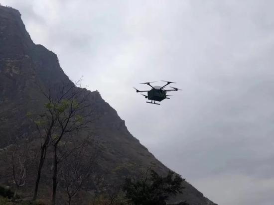 图为在悬崖村送货的无人机 供图:国家邮政局