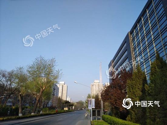 7日晨,北京天空晴朗。