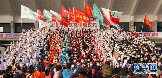3月10日,在武汉武昌方舱医院休舱仪式上,医护人员集体欢呼。路透社记者 王毓国 摄