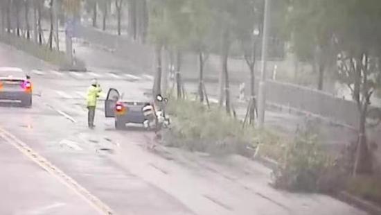 爱情回来吗谐音歌词 台风暴雨的上海街头 民警为何向驾驶员连敬两个礼
