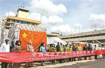 4月6日,在加纳首都阿克拉的科托卡国际机场举行的物资交接仪式上,中国驻加纳大使馆相关人员与接受援助的国家的代表合影。路透社发