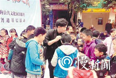李南江在校园表演