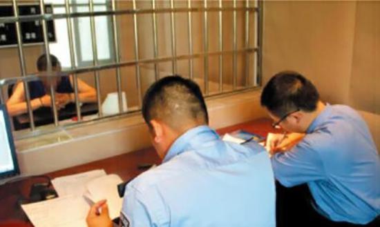 办案人员审讯嫌疑人。法制周报 图
