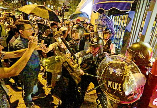 古装喜剧电视剧 24名香港警员遭袭 警方强烈谴责暴力行为