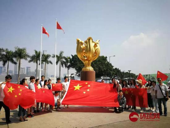 """海航于娇娇 香港学生冒被""""起底""""风险与国旗合影:""""祖国万岁"""""""