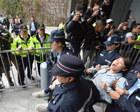 """闯入者被警方抬走 图自""""橙新闻"""""""