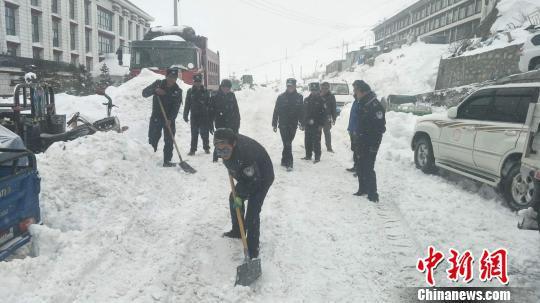 聂拉木县公安民警清雪。 本文图片均为受访单位供图