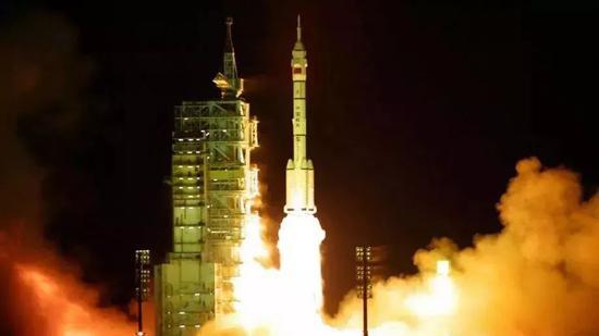 2002年3月25日22时15分,神舟三号飞船在甘肃酒泉卫星发射中心成功升入太空。新华社记者 李刚摄