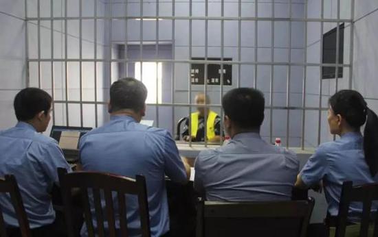 办案组提讯犯罪嫌疑人黄日朝。