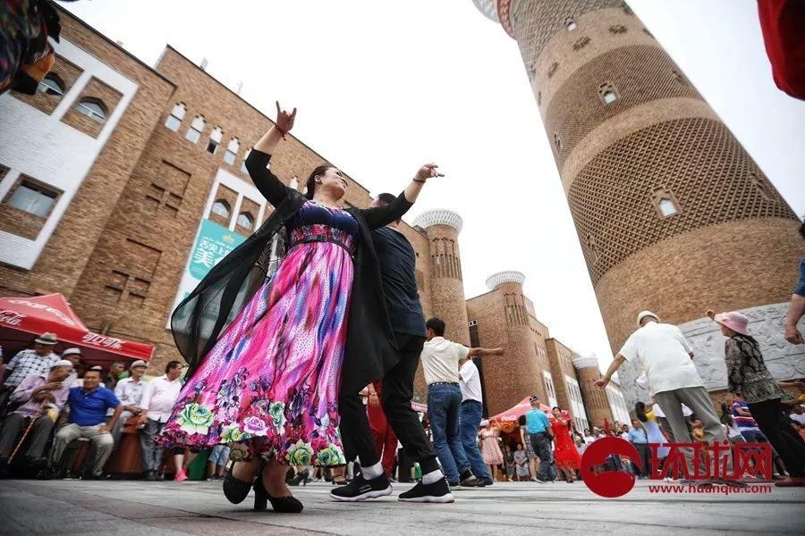 暗黑通怎么用7月4日乌鲁木齐步行街上各族人民载歌载舞(图)