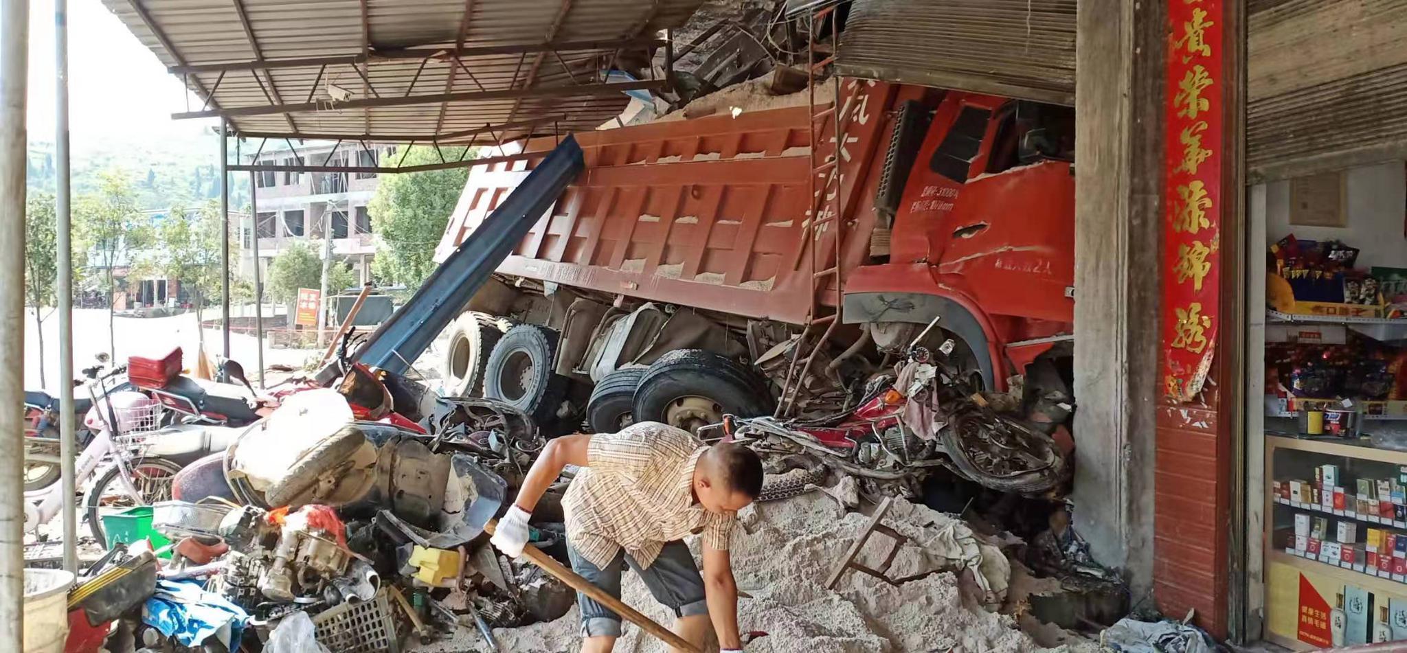 李全夏燕 湖南新宁一货车失控冲入街边修理店致1死4伤