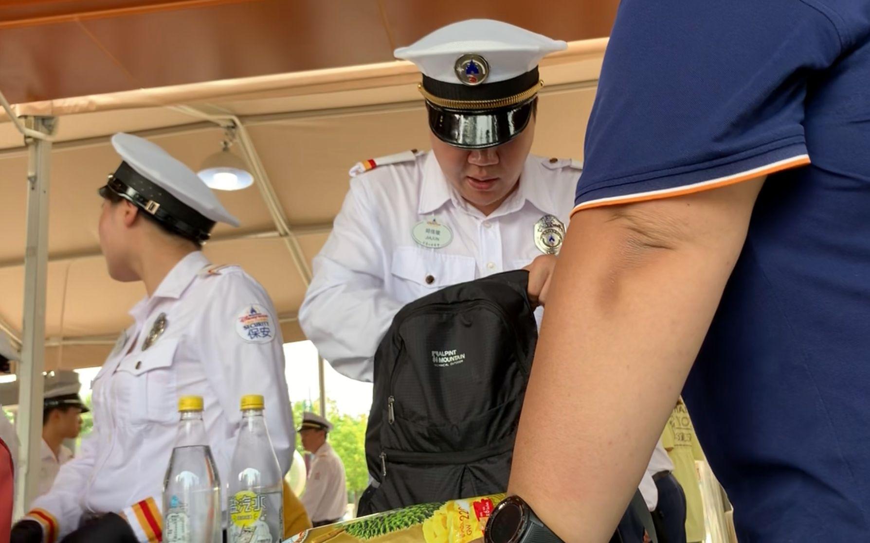 刘晓洁图片 探访上海迪士尼:人工包检依旧,自带零食准入