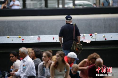 """资料图:""""9·11""""纪念公园里的民众。</p><p>中新社记者 廖攀 摄"""
