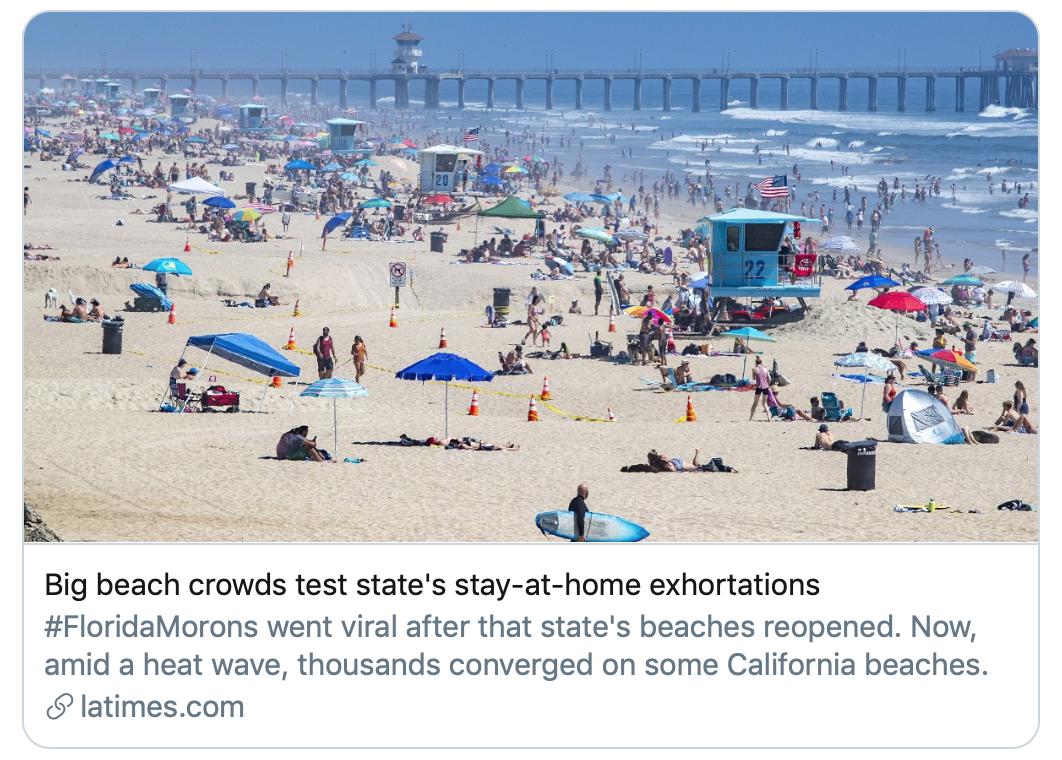 加州海滩上人群聚集。/《洛杉矶时报》报道截图
