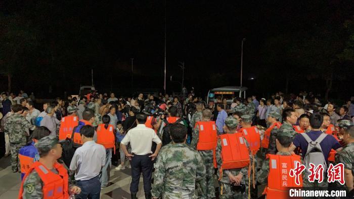 杭州富阳民众转移。 陈凌 摄
