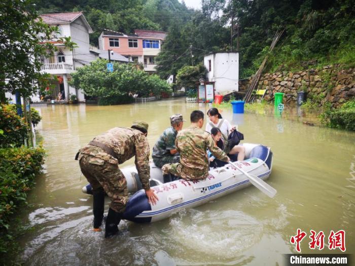 杭州桐庐沿江民众转移。桐庐横村镇 供图
